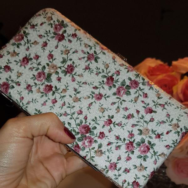 Linda clutch floral em tecido com