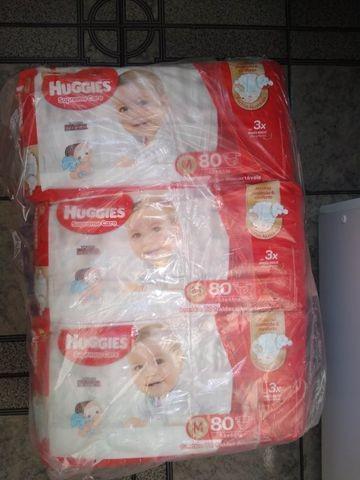 Pacote de fraldas descartáveis huggies supreme care tam: m