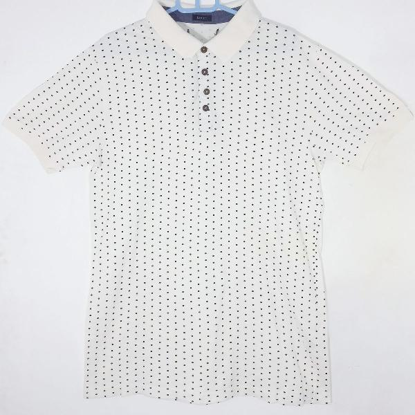 Camisa branca com estampa de poá (bolinhas kkkk)