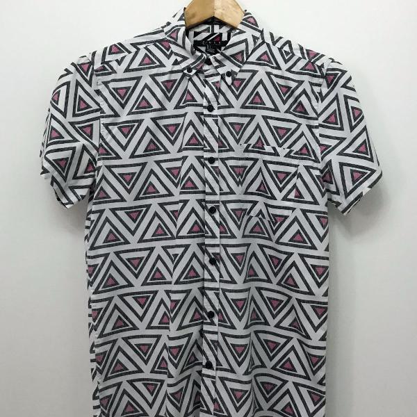 Camisa manga curta estampa geométrica