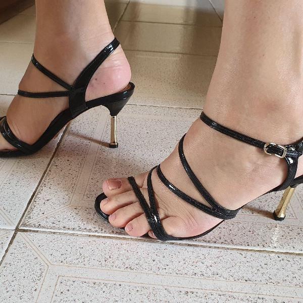 Sandália schutz salto dourado