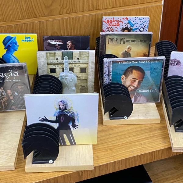 4 prateleiras com porta cds/games