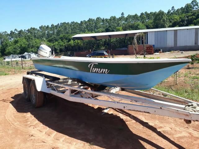 Barco com motor de popa