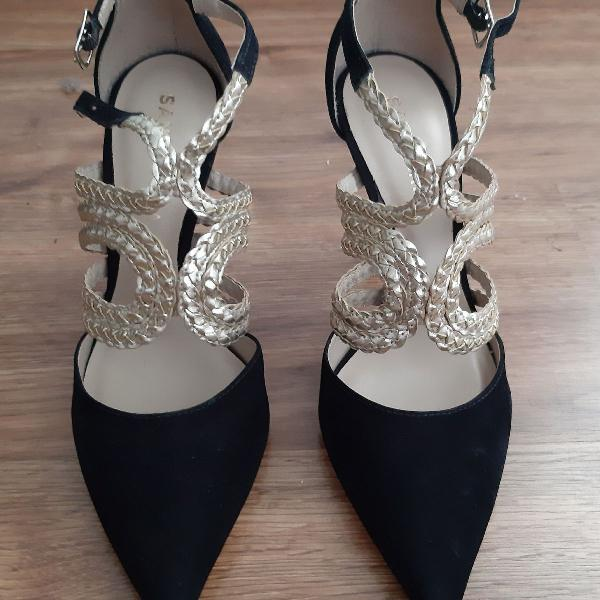 Lindo escarpan de veludo com detalhe dourado!