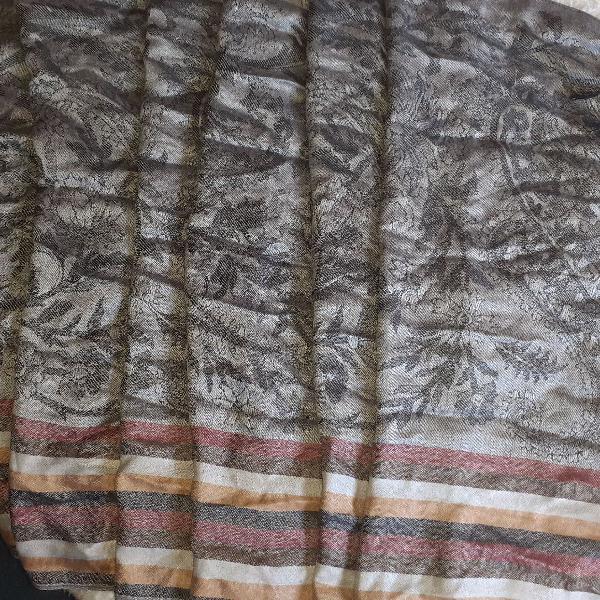 Linda echarpe, com estampa em preto e prata e listras em