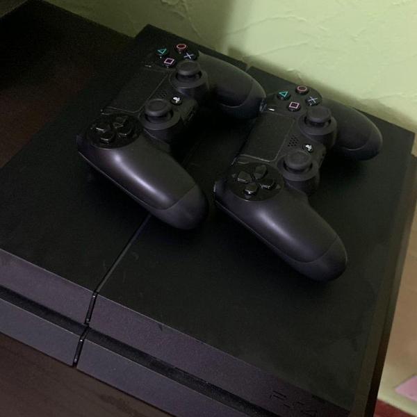 Playstation 4 (dois controles + jogos)