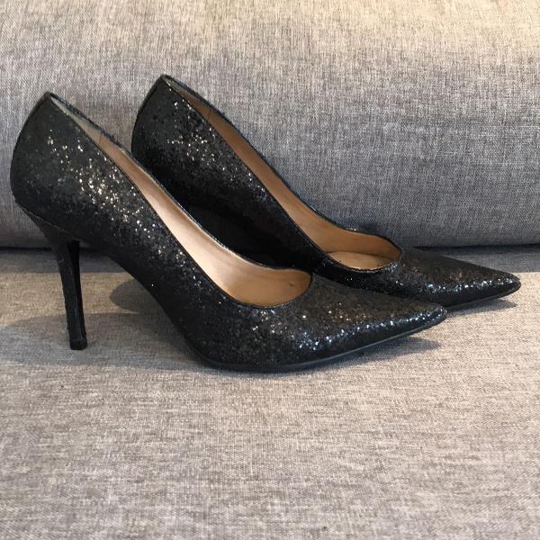 Sapato preto bico fino de festa, com glitter, luz da lua