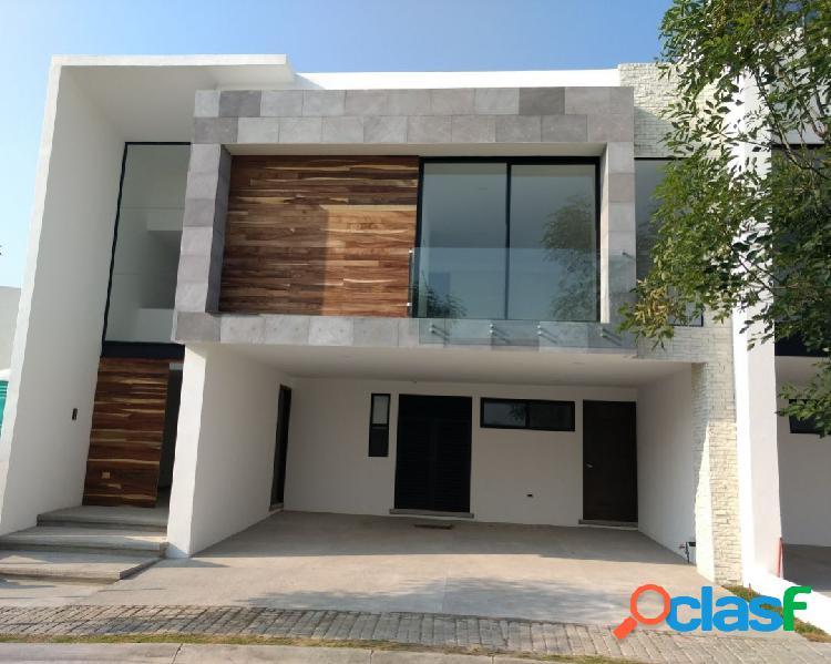 Casa en venta, entrada a doble altura y amplios espacios.