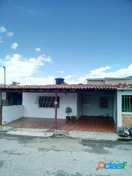 148 m2. casa en venta av. principal paraparal conj. res. yurubi los guayos