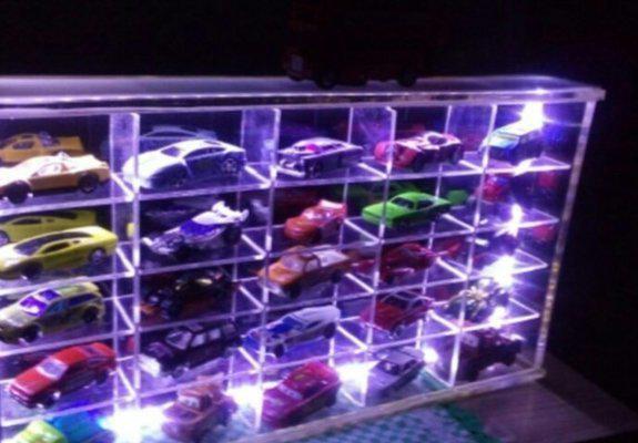 Expositor de mini carrinhos com luz de leds