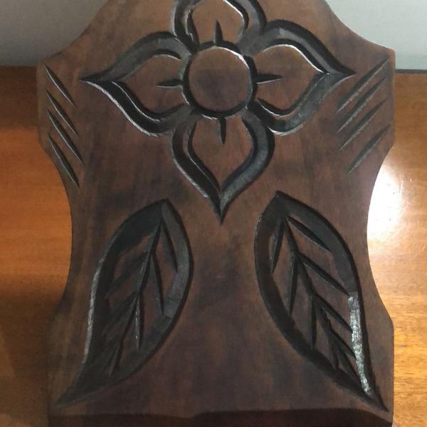 Suporte para bíblia em madeira espalhada