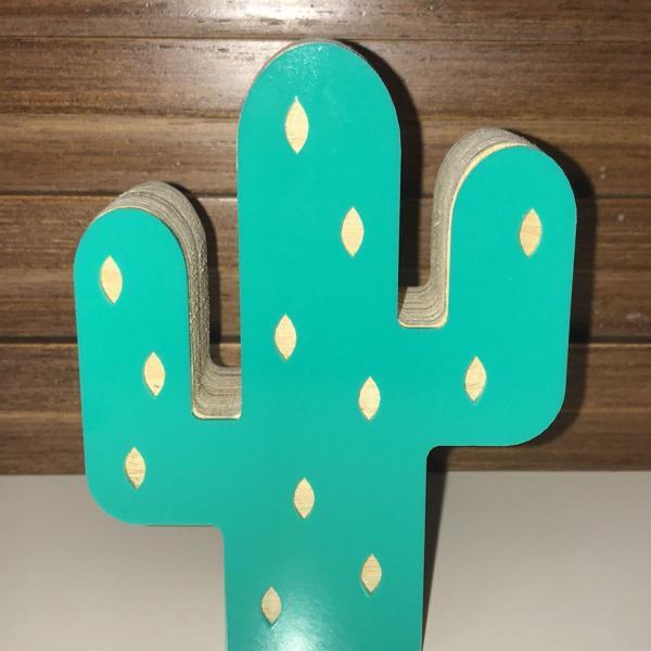 Adorno cactus madeira e acrílico