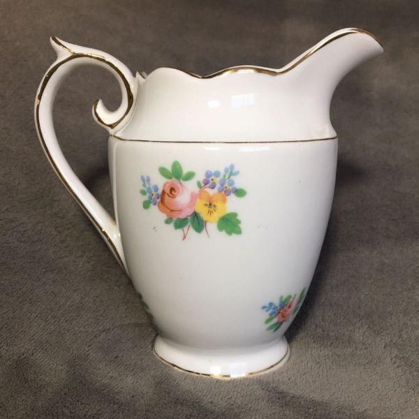 Leiteira de porcelana floral
