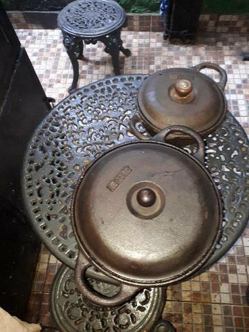 2 panelas antigas de ferro fundido tripé