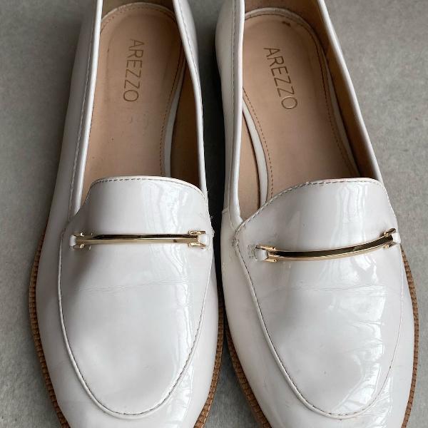Sapato mocassim de verniz creme com detalhe dourado arezzo