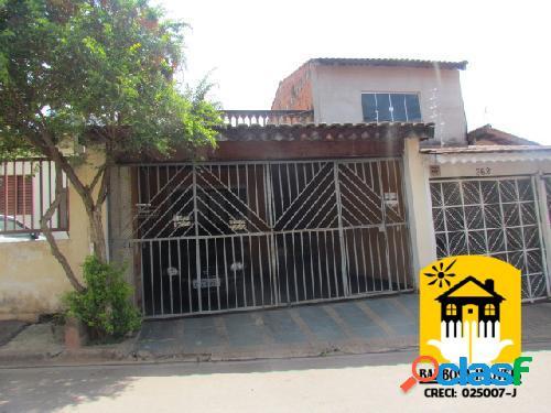 Casa com 150 m² de área construída e 200 m² de terreno.