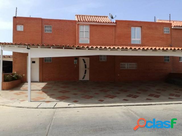En venta amplio y moderno townhouse en tucacas de 262 m2, amoblado.