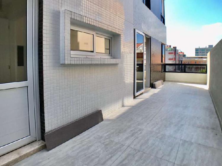 Apartamento no centro com terraço e totalmente novo.