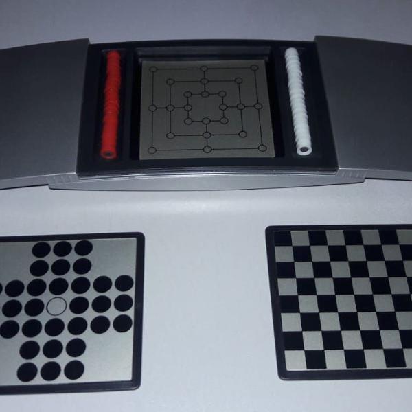 Mini jogo de tabuleiro 4 em 1.