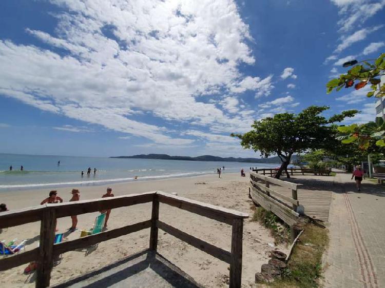 Apartamento na quadra do mar em meia praia