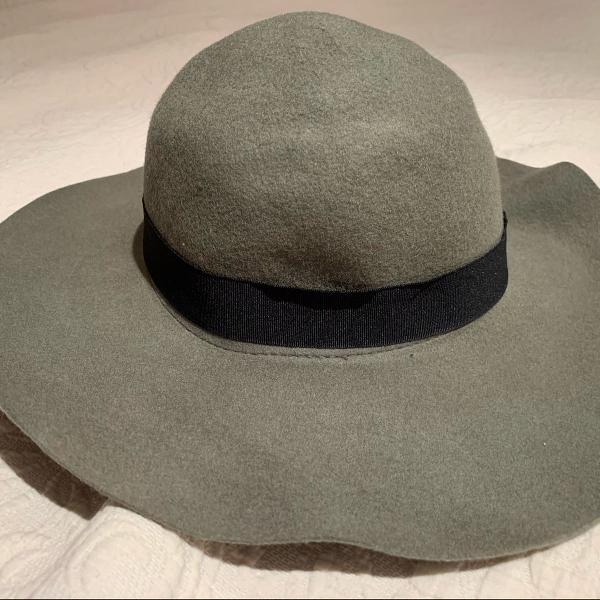 Chapéu de lá cinza com detalhe preto