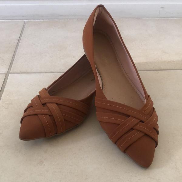 Sapatilha marrom com detalhes em tiras da sonho dos pés