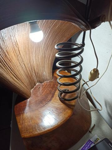 Abajur artesanal em madeira