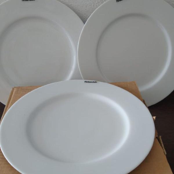 Conjunto de pratos de porcelana