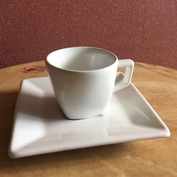 Xícara de café de porcelana branca