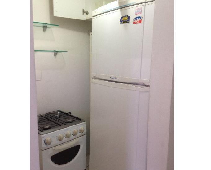 Apartamento semi mobiliado com um quarto, sala e cozinha