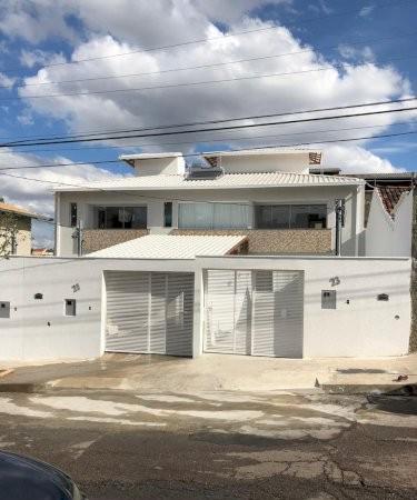 Excelente casa 3 quartos dois andares bairro santa mônica