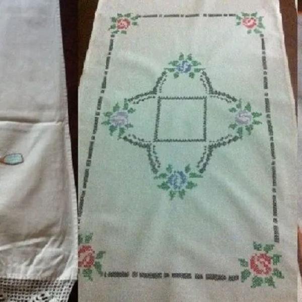 Caminhos de mesa bordados a mão