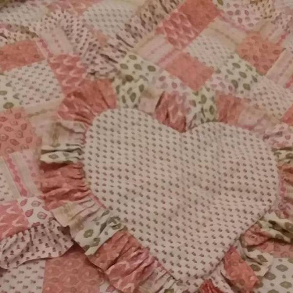 Colcha para cama de casal com três capas de almofadas