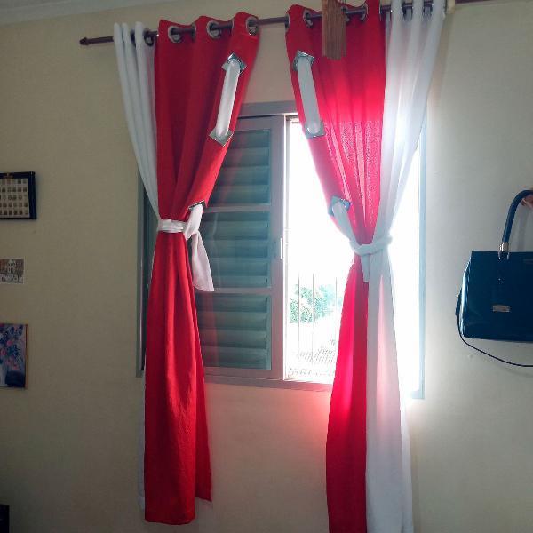 Cortina de quarto vermelha e branca