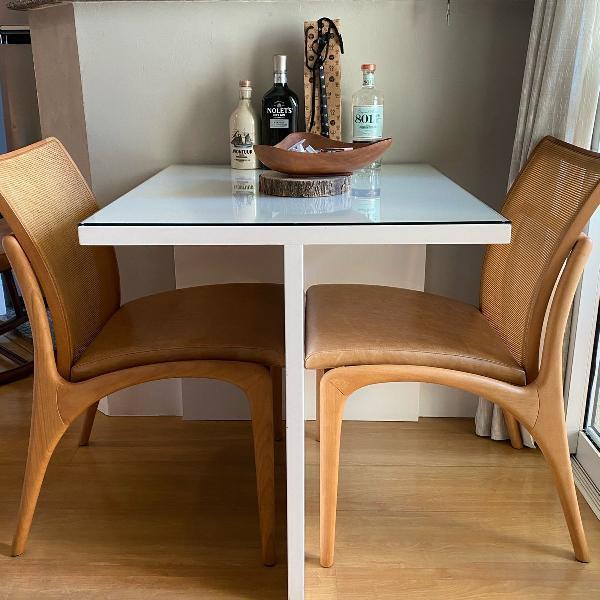 Duas cadeiras de jantar clami couro natural jader almeida
