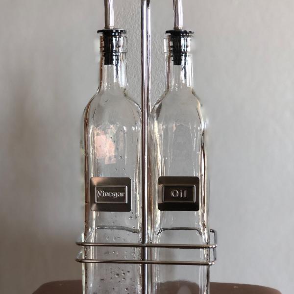 Galheteiro de vidro com suporte de metal