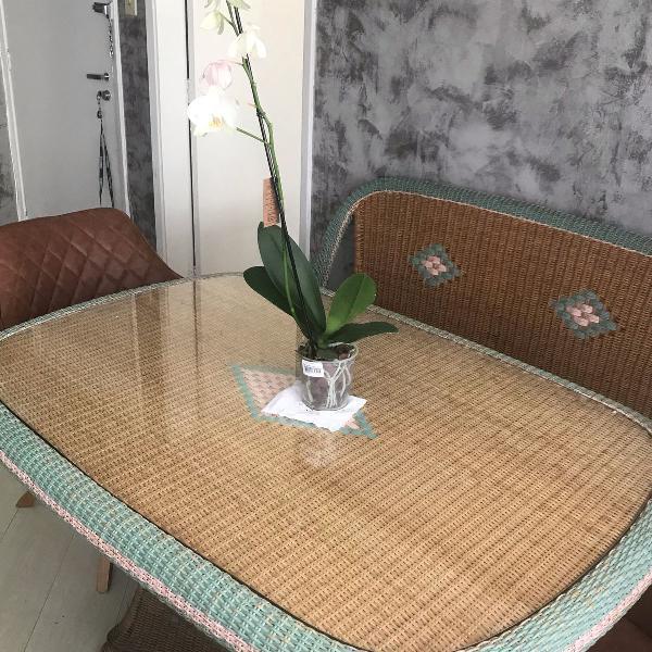 Linda mesa de palha e madeira com 6 cadeiras