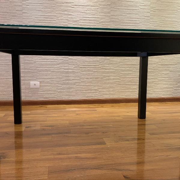 Mesa de jantar com base em madeira preta com tampo de vidro