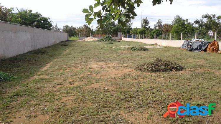 Terreno no condomínio country hall com 1.000 m² murado e com poço artesiano
