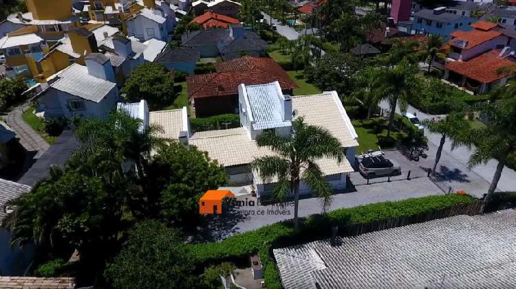 02 casas em condomínio fechado a 205m do mar na principal