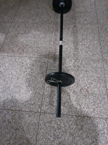 Barra maciça de 1.50 pesando 7 kilos e meio e 2 anilhas de