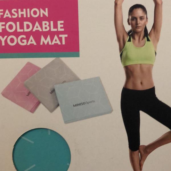 Tapete de yoga dentro da caixa , ele é dobrável pratico