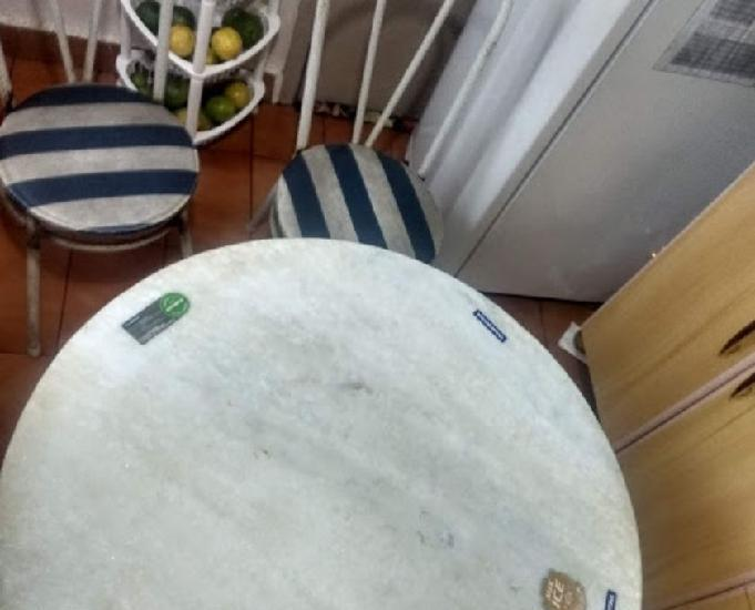 Mesa tampo em mármore 4 cadeiras ferro