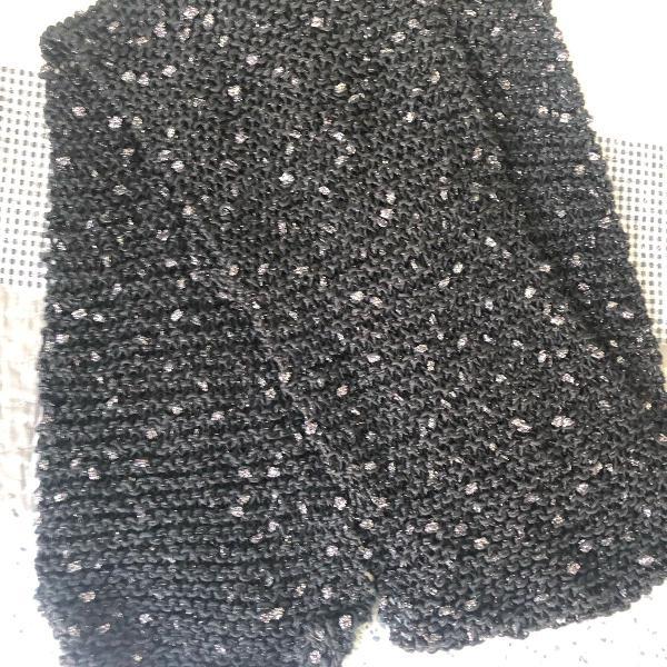 Cachecol preto com brilhos prateados