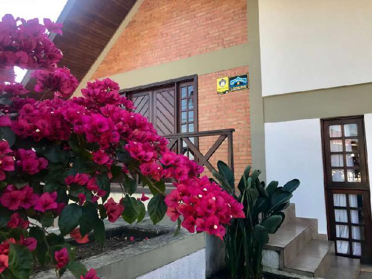 Linda casa (245 m2) de alto padrão totalmente atualizada