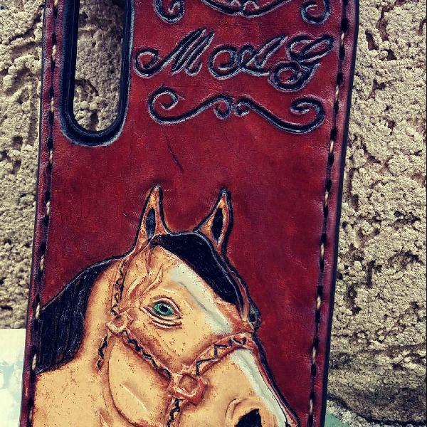 Capinha de celular couro. desenho cavalo. a30s. cor marrom.