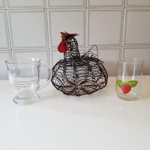 Galinha porta ovos e dois copos