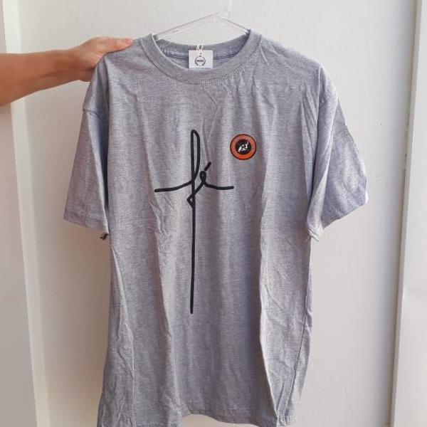 Camiseta fé cinza