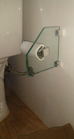 Kit de acessórios para banheiro em vidro incolor.