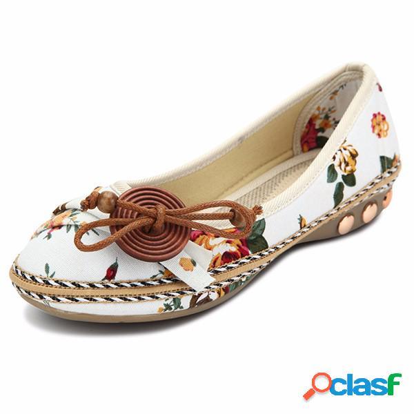 Sapatos planos de botões decorativos de flores de madeira